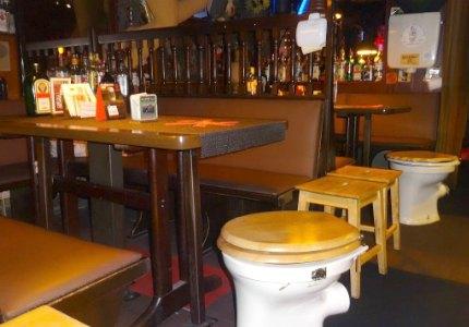 рейтинг самых необычных баров в мире. Das Klo Bar