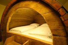 В отеле Potts Naturpark Brauerei  можно переночевать в бочке для пива