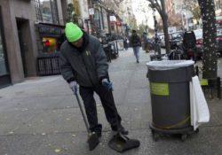 алкоголики убирают улицы за пиво
