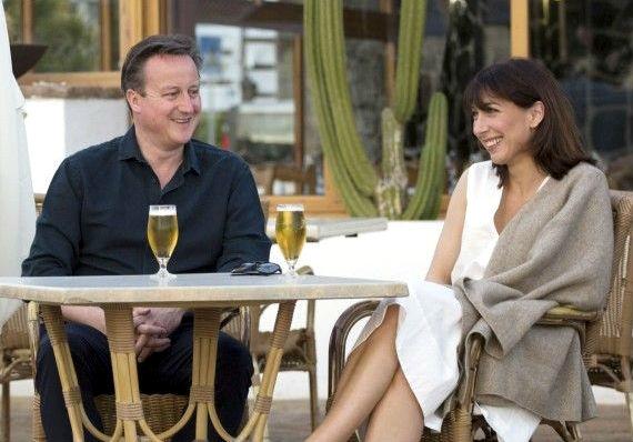 Дэвид Кэмерон с супругой на отдыхе выпили пива