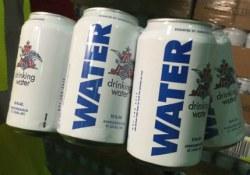 Pivovarennyiy zavod AB InBev vmesto piva vyipustil pitevuyu vodu dlya postradavshih ot uragana Harvi (video)