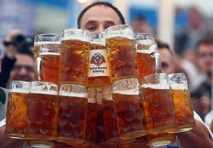 Nemetskiy ofitsiant ustanovil rekord po perenoske piva na 40-metrovuyu distantsiyu