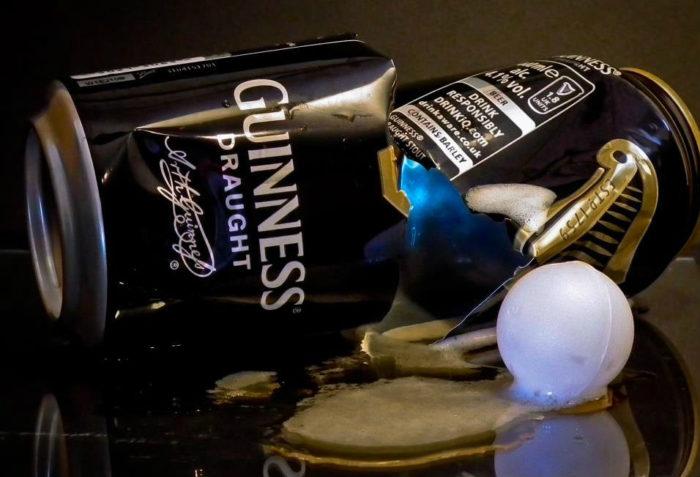 Маленький белый шар в банке Guinness